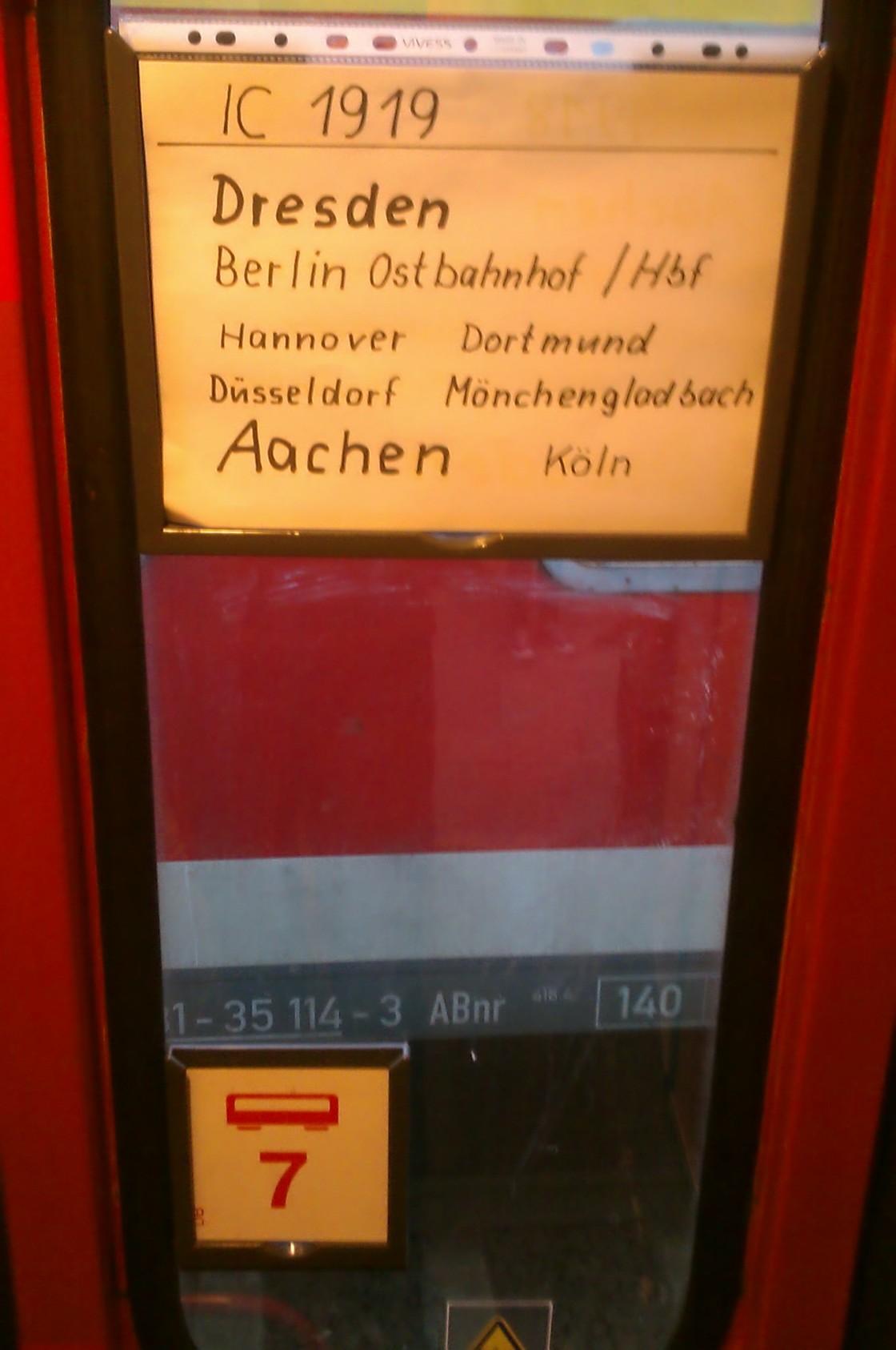 Wahrscheinlich hat der Comedy-Schaffner auch die Route aufgeschrieben: Von Dresden nach Mönchengladbach!