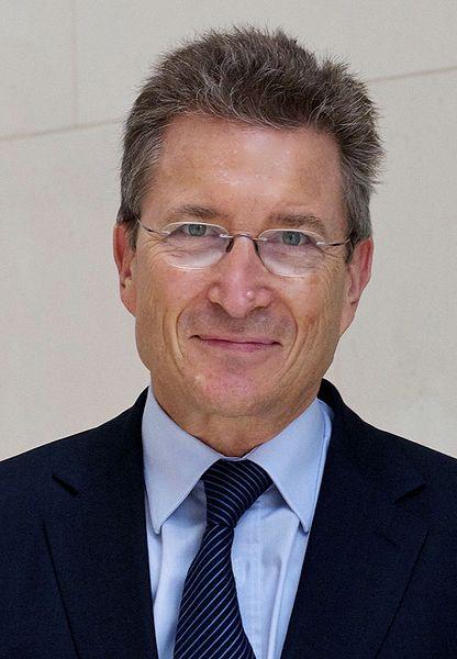 """Wolfgang Huber machte sich 1994 Gedanken über """"Medien und Menschenwürde. (Foto:  2010, von DeFontanelle)"""