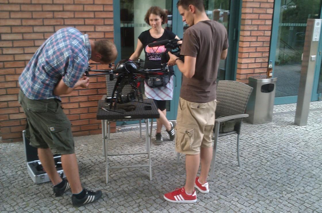 Fabian kümmert sich um den abgerissenen Rotor der Drohne, Ole filmt.