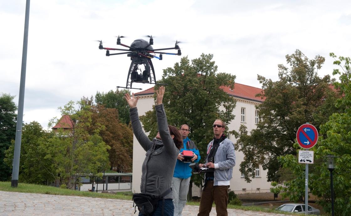 Drohnenfang nach einem spektakulären Überflug über die futuristische Unibibliothek