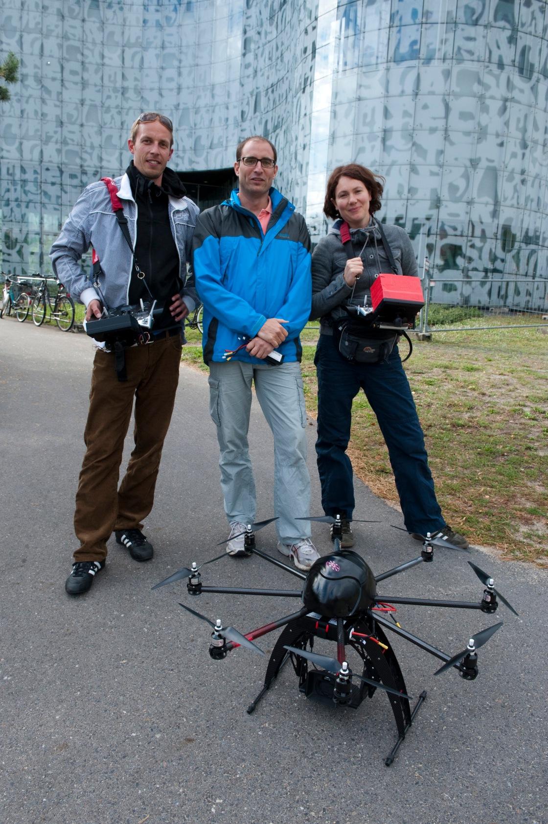 """Das """"Drone-Team"""": Fabian, Max und Elke (v.l.n.r) vor der Uni-Bibliothek in Cottbus"""
